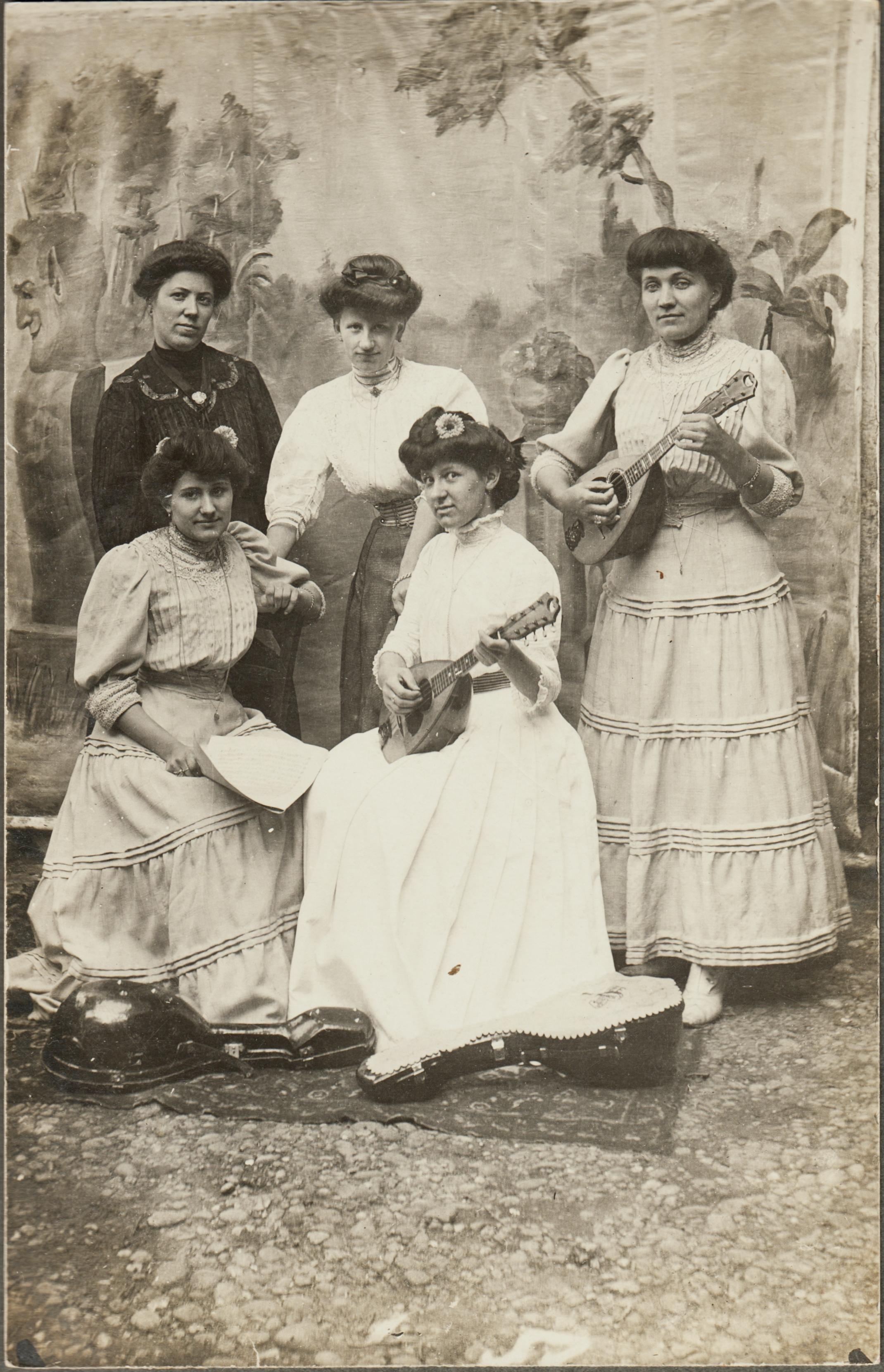 mandoweb.de alte Postkarte Mandolinenspielerinnnen